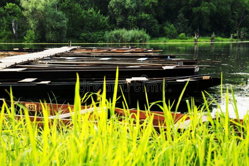 Flache Boote auf dem Stauwasser im Sommer lizenzfreies stockbild