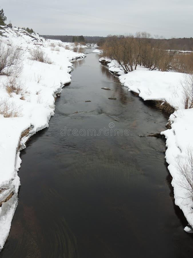 Flache Flussansicht von der Brücke lizenzfreies stockfoto
