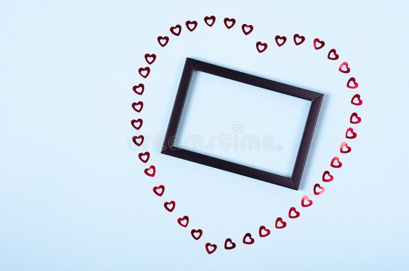 Flache gelegte Anordnung für Holzrahmen und Herzen für Spott herauf Entwurf, Tischplatteansichtbild von Dekoration valentine& x27 stockfotos
