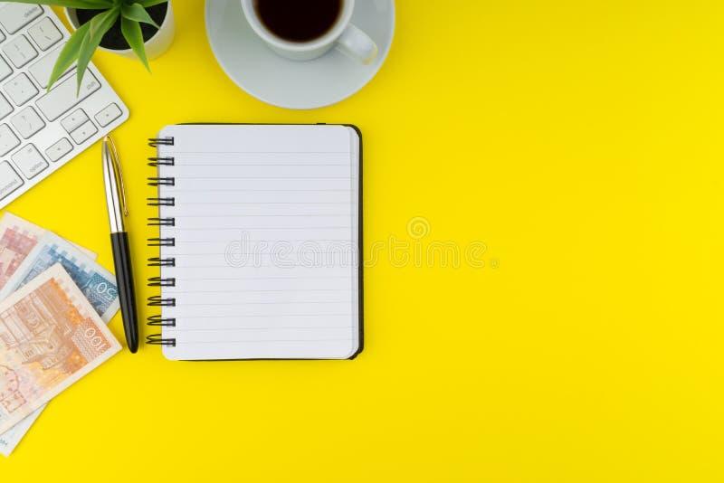 Flache gelegte Ansicht des Bürotischschreibtisches Kopieren Sie Platzkonzept stockfoto