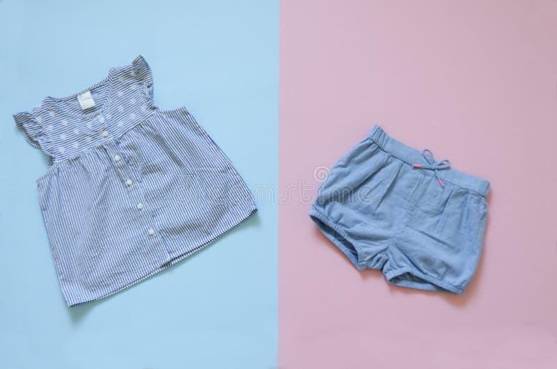 Flache gelegte Babykleidungssammlung Modemädchen-Kleidungssatz Sammlungscollagen-Babykleidung stockbilder