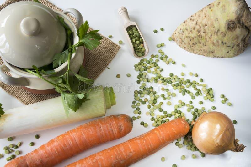 Flache gelegte Bestandteile für niederländische traditionelle Nahrung Erwtensoep, aufgeteilte Erbsensuppe stockbilder