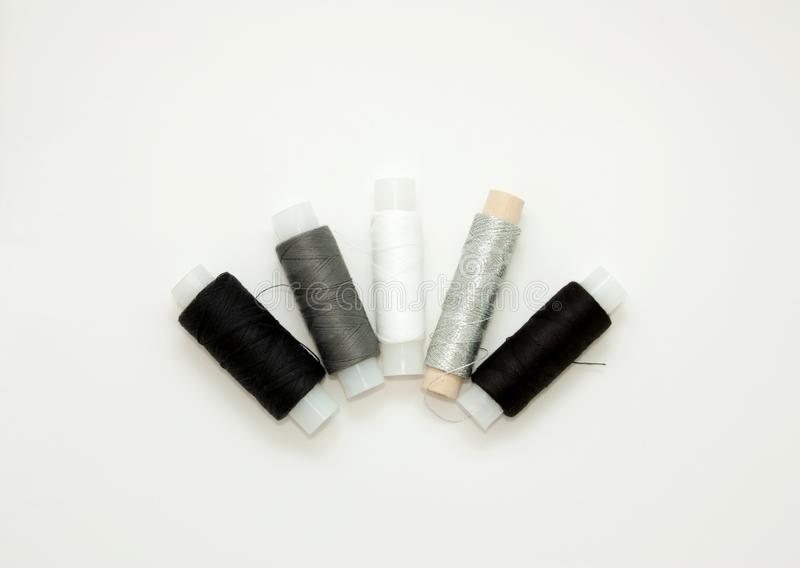 Flache gelegte bunte Baumwollfadenspulen, Stickerei wei?, grau, schwarz, silbern, Spulen, Spott oben, Draufsicht Planmodellfreier stockbilder
