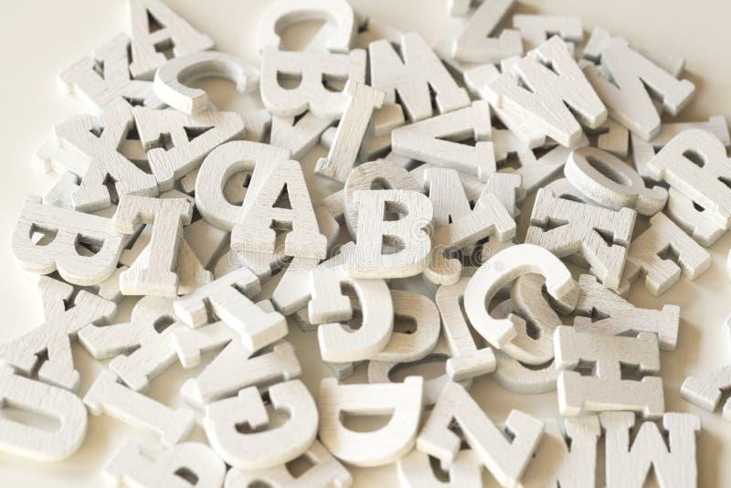 Flache gelegte hölzerne Buchstaben, Abschluss oben, weißer Hintergrund lizenzfreie stockfotografie