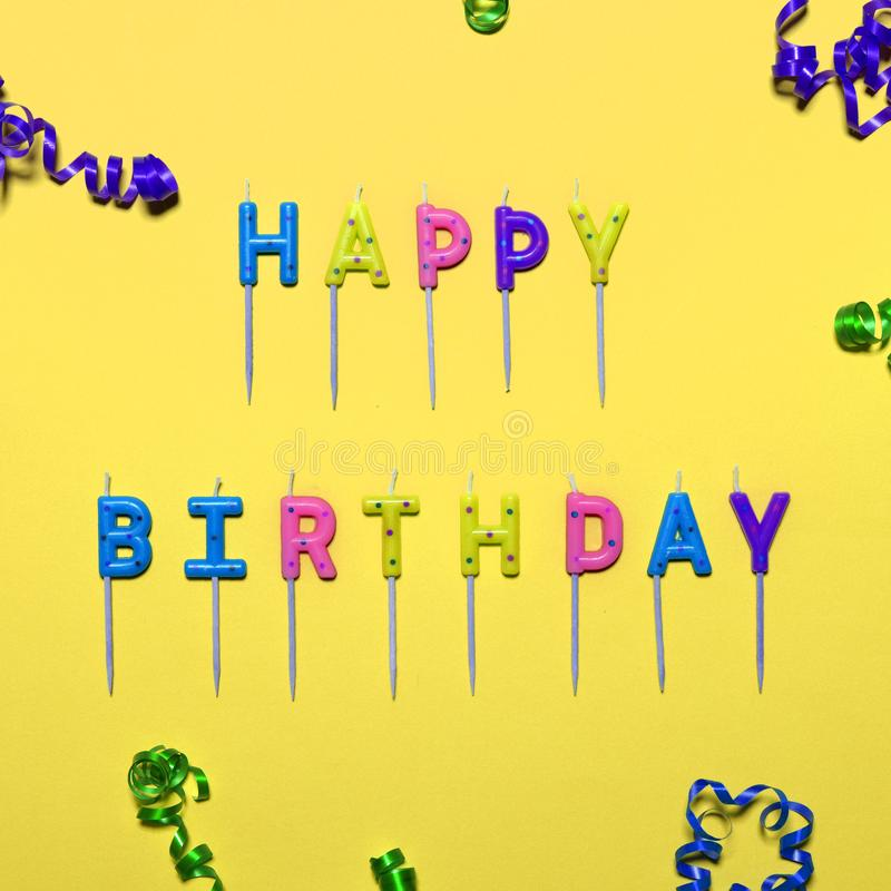 Flache gelegte Parteidekorationen alles Gute zum Geburtstag auf gelbem Hintergrund lizenzfreies stockbild