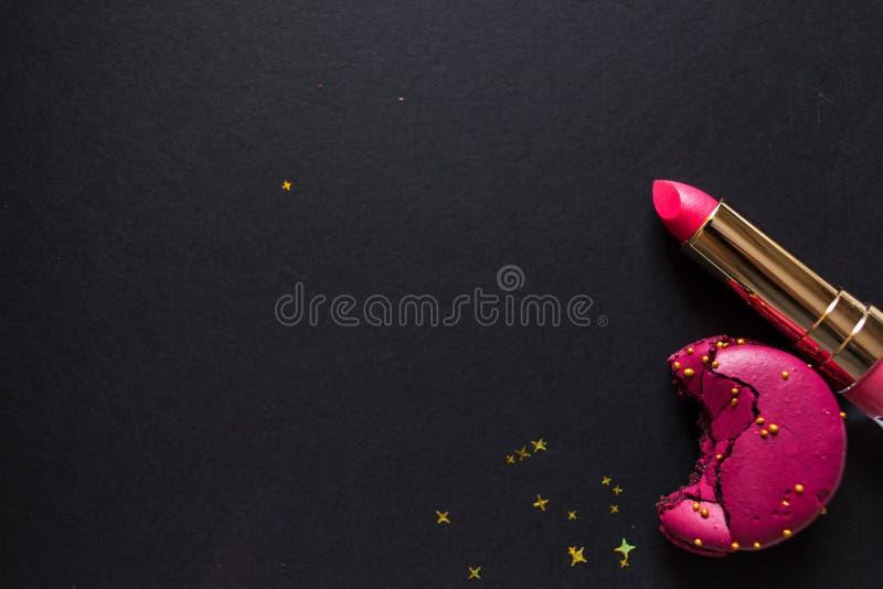 Flache gelegte Schablone, in der bezaubernden schicken Art, im schwarzen Hintergrund, im Scharlachrot Lippenstift und in den Gold stockbild