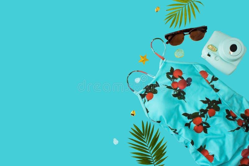 Flache gelegte Strandzus?tze Obenliegende Ansicht von Badebekleidungs- und Strandzusätzen der Frau Blaues Meer, Himmel u Badeanzu lizenzfreies stockfoto