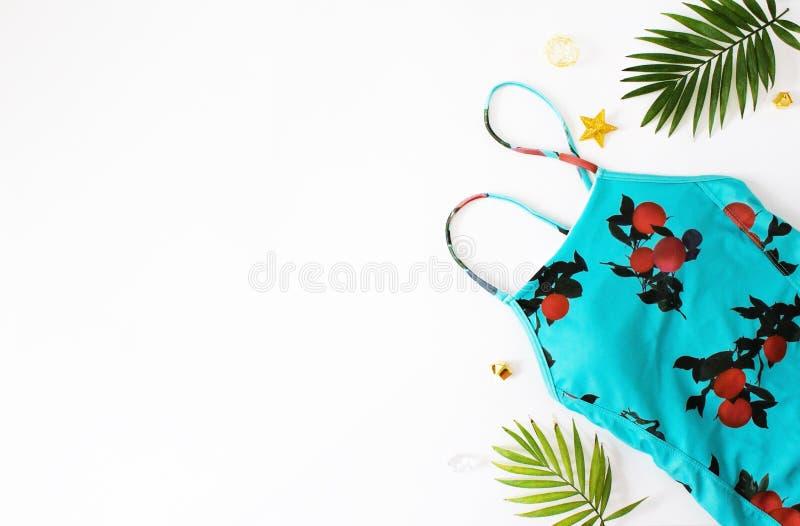 Flache gelegte Strandzus?tze Obenliegende Ansicht von Badebekleidungs- und Strandzus?tzen der Frau Blaues Meer, Himmel u Badeanzu lizenzfreie stockfotos