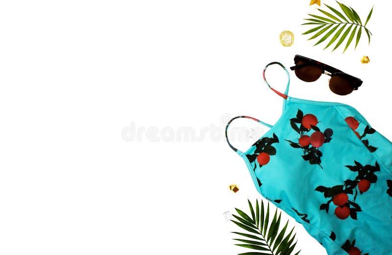 Flache gelegte Strandzus?tze Obenliegende Ansicht von Badebekleidungs- und Strandzus?tzen der Frau Blaues Meer, Himmel u Badeanzu lizenzfreies stockbild