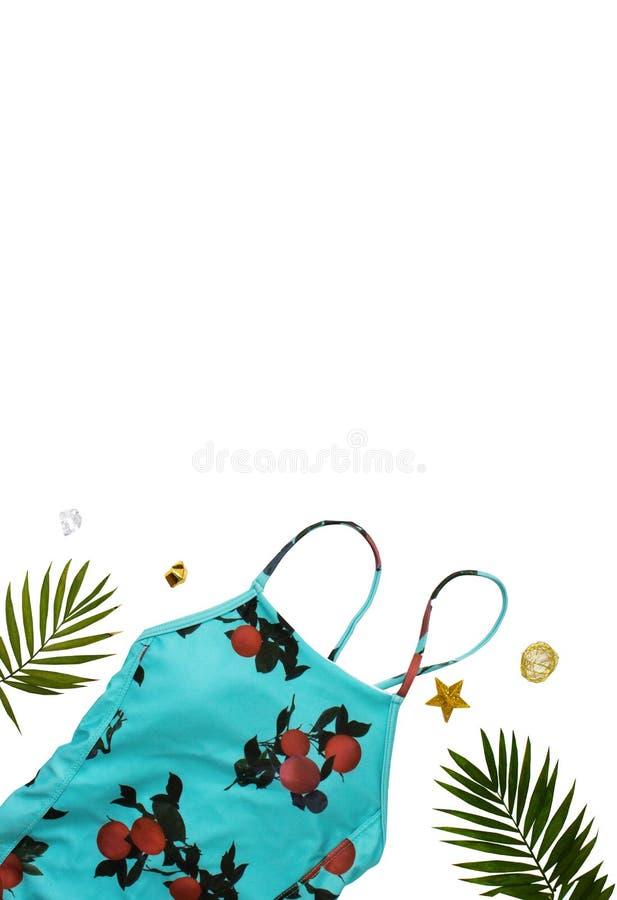 Flache gelegte Strandzus?tze Obenliegende Ansicht von Badebekleidungs- und Strandzus?tzen der Frau Blaues Meer, Himmel u Badeanzu lizenzfreie stockbilder