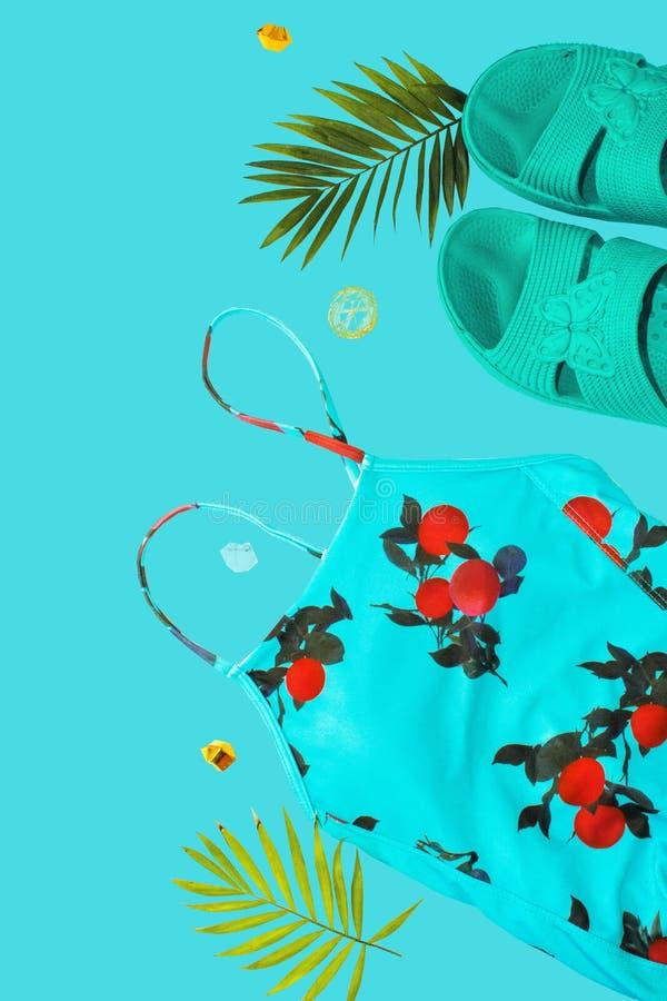 Flache gelegte Strandzus?tze Obenliegende Ansicht von Badebekleidungs- und Strandzus?tzen der Frau Blaues Meer, Himmel u Badeanzu stockbilder