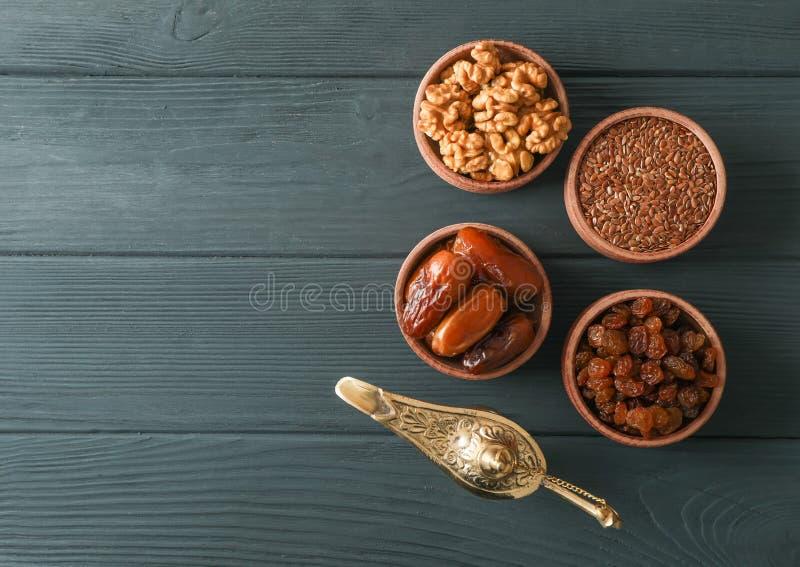 Flache gelegte Zusammensetzung mit Dekoration und Nahrung von Ramadan Kareem-Feiertag stockfoto