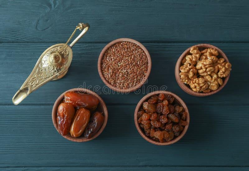 Flache gelegte Zusammensetzung mit Dekoration und Nahrung von Ramadan Kareem-Feiertag lizenzfreies stockfoto