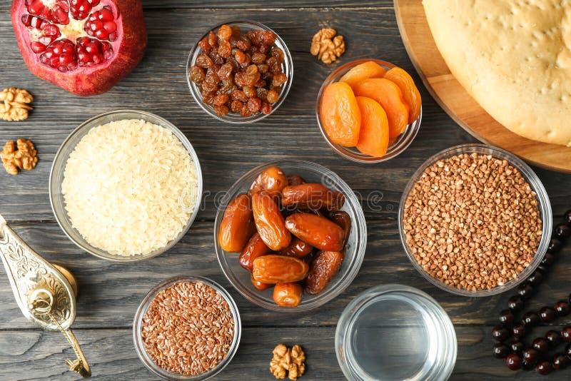 Flache gelegte Zusammensetzung mit Dekoration und Nahrung von Ramadan Kareem-Feiertag lizenzfreie stockfotos