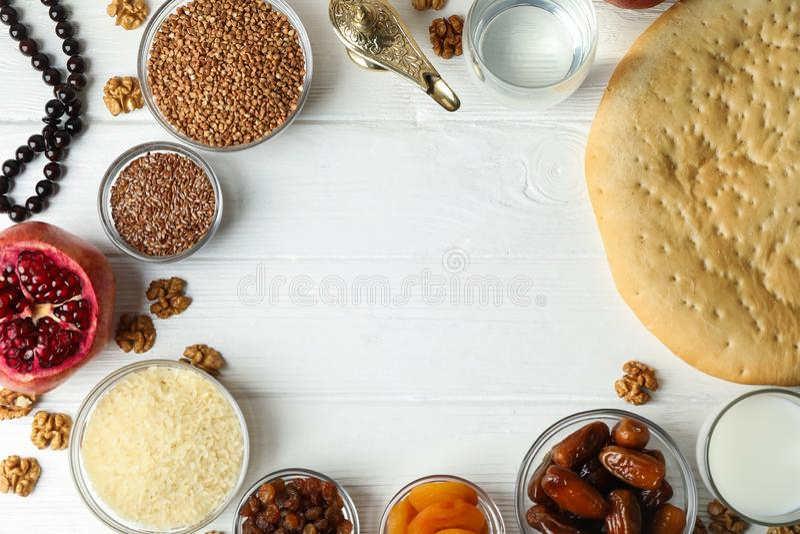 Flache gelegte Zusammensetzung mit Dekoration und Nahrung von Ramadan Kareem-Feiertag stockfotografie
