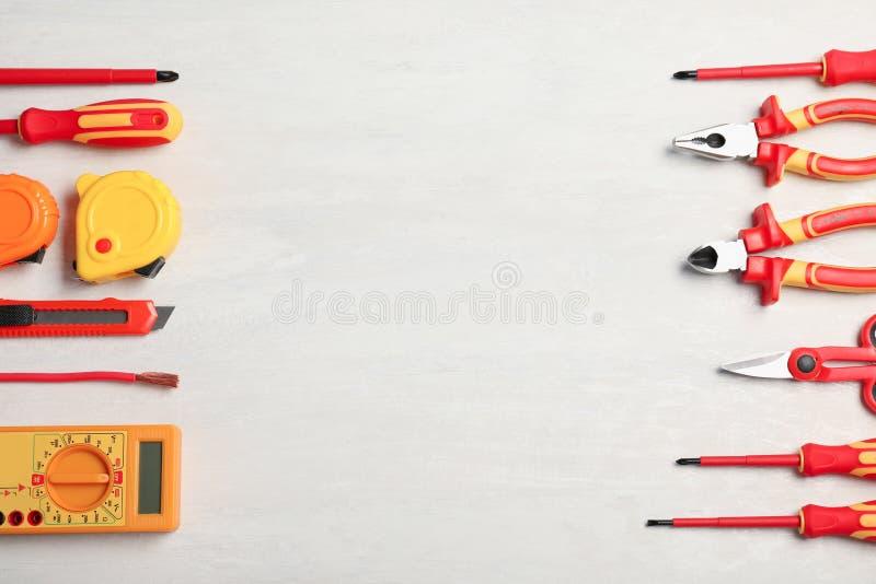 Flache gelegte Zusammensetzung mit den Werkzeugen des Elektrikers und Raum für Text stockbilder