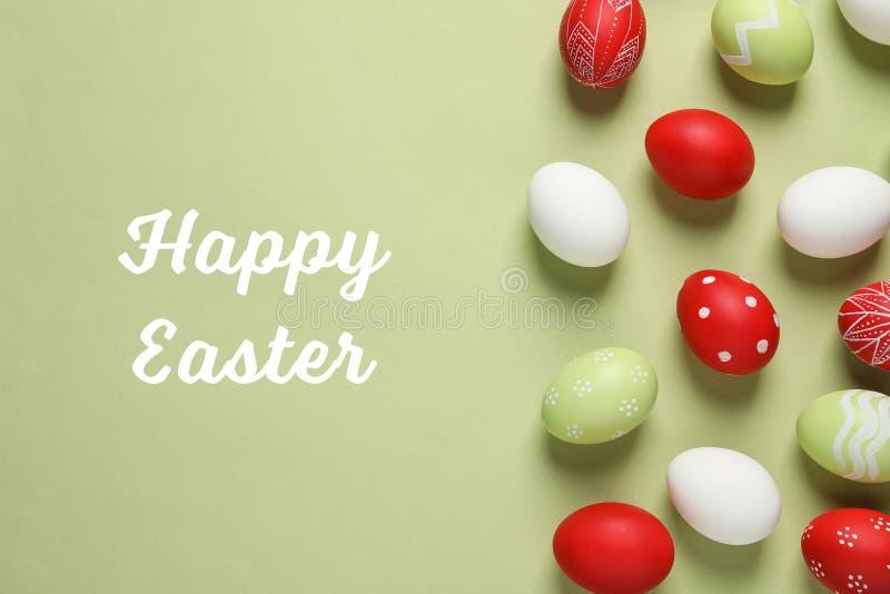 Flache gelegte Zusammensetzung mit gemalten Eiern und Text fröhliche Ostern stockfotos