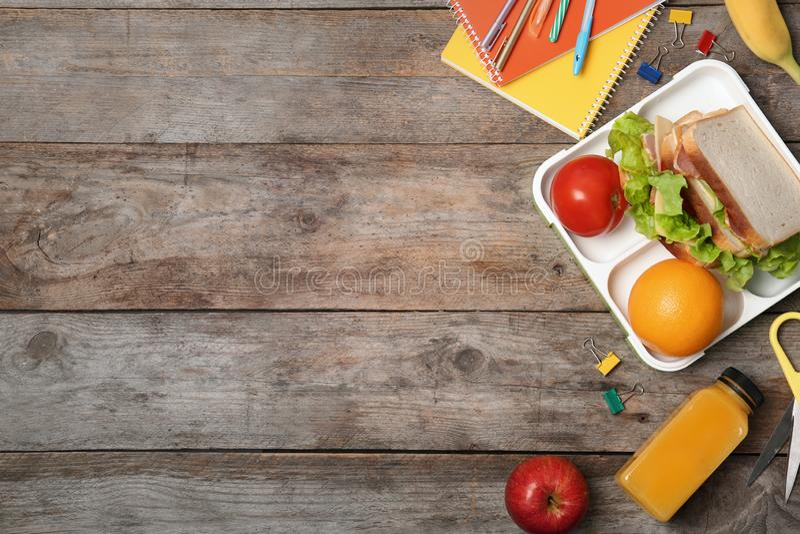 Flache gelegte Zusammensetzung mit gesunder Nahrung für Schulkind stockfotografie