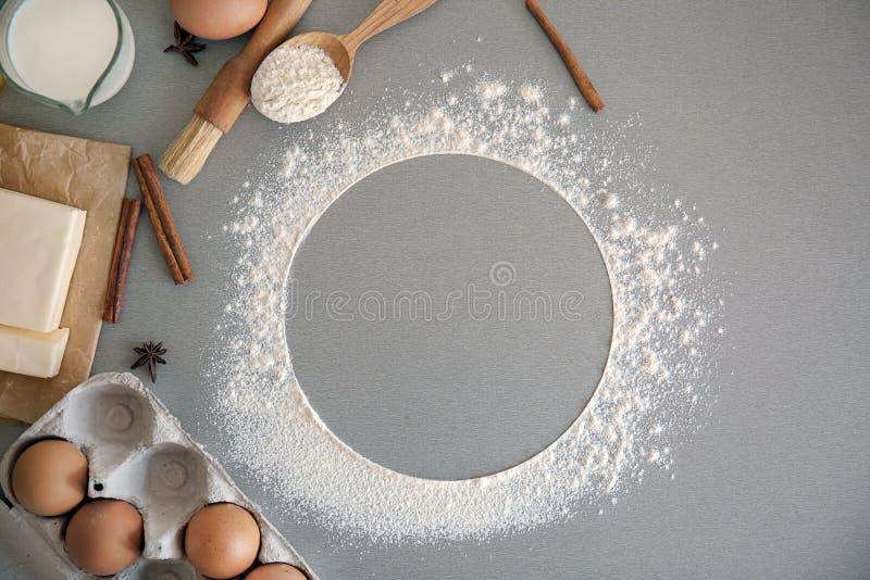 Flache gelegte Zusammensetzung mit Küchengeräten und -produkten auf grauem Hintergrund B?ckereiwerkstatt stockfotos