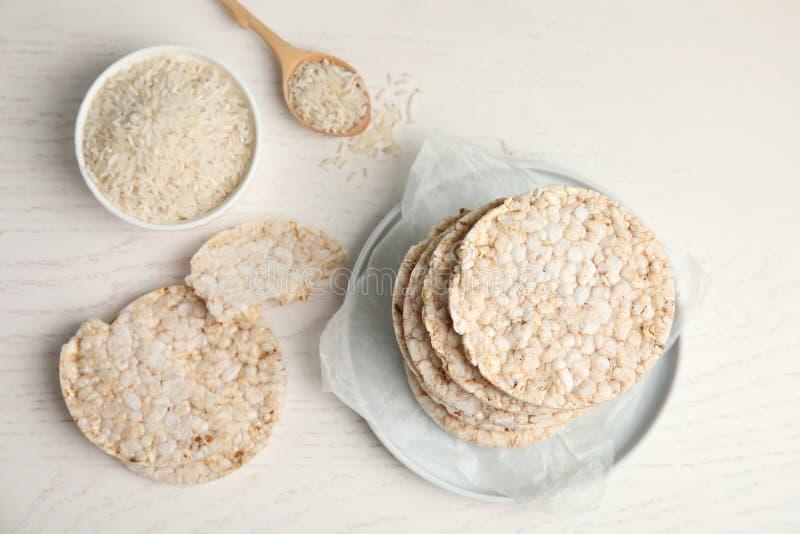 Flache gelegte Zusammensetzung mit knusprigen Reiskuchen lizenzfreie stockfotografie