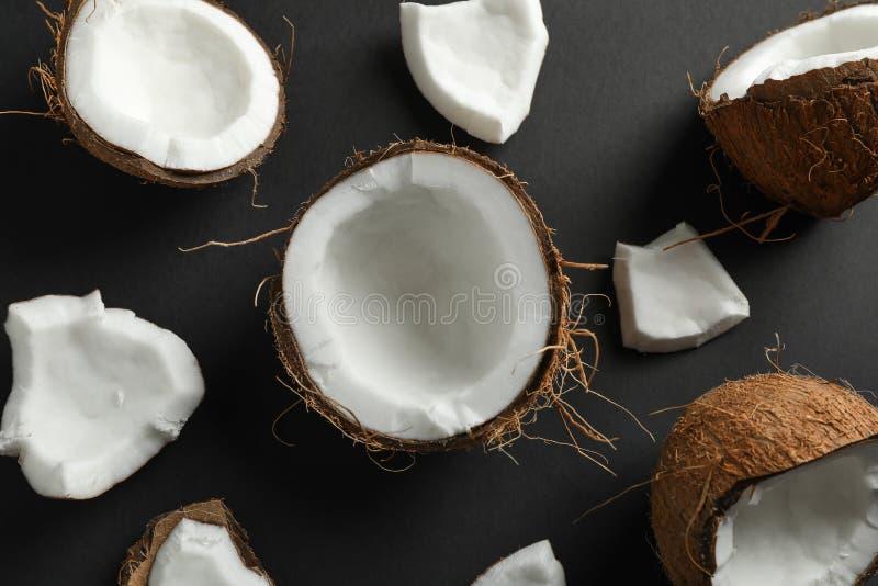 Flache gelegte Zusammensetzung mit Kokosnüssen auf schwarzem Hintergrund stockfoto