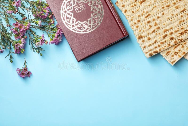 Flache gelegte Zusammensetzung mit Matzo und Torah stockfotografie