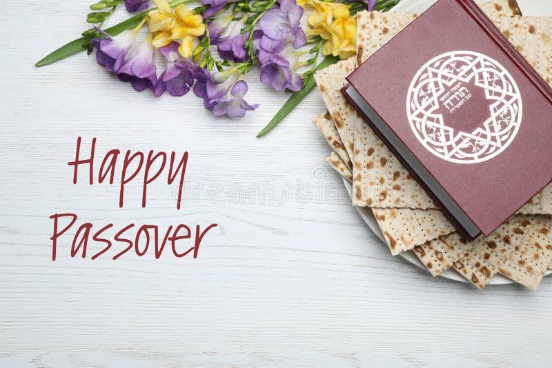 Flache gelegte Zusammensetzung mit Matzo und Torah auf hölzernem Hintergrund stockfoto