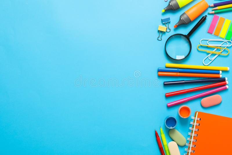 Flache gelegte Zusammensetzung mit Schulbedarf auf Farbhintergrund stockbilder