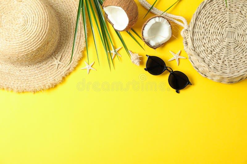 Flache gelegte Zusammensetzung mit Sommerferienzus?tzen auf Farbhintergrund, Raum f?r Text und Draufsicht stockfotografie