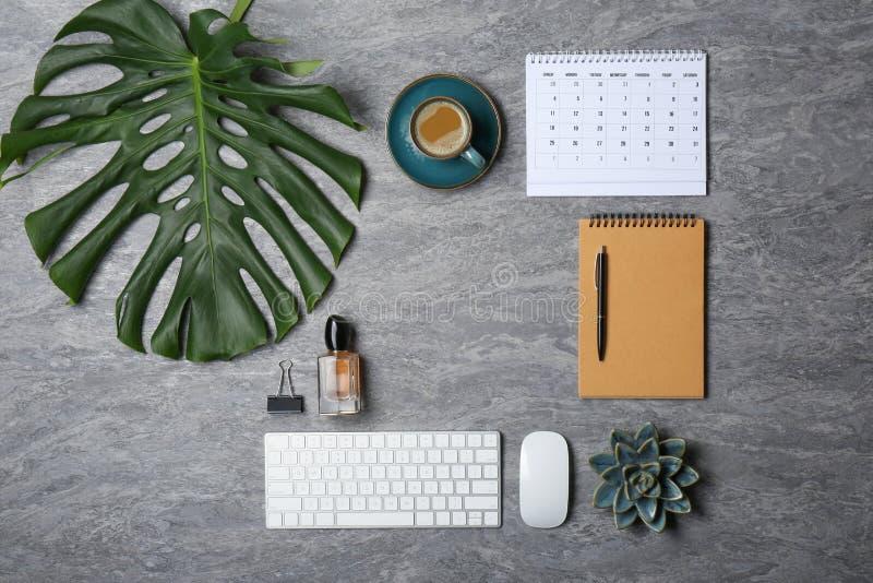 Flache gelegte Zusammensetzung mit Tasse Kaffee- und Bürozusätzen stockfotos