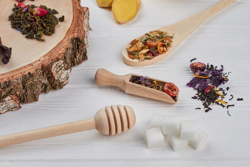 Flache gelegte Zusammensetzung mit verschiedenen Arten des trockenen Tees stockfoto