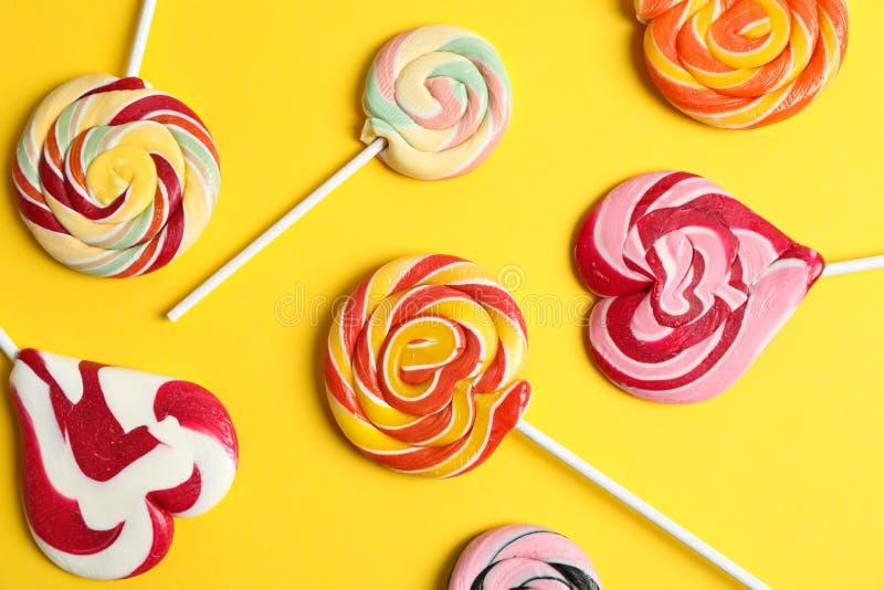 Flache gelegte Zusammensetzung mit verschiedenen Süßigkeiten auf Farbhintergrund lizenzfreies stockfoto