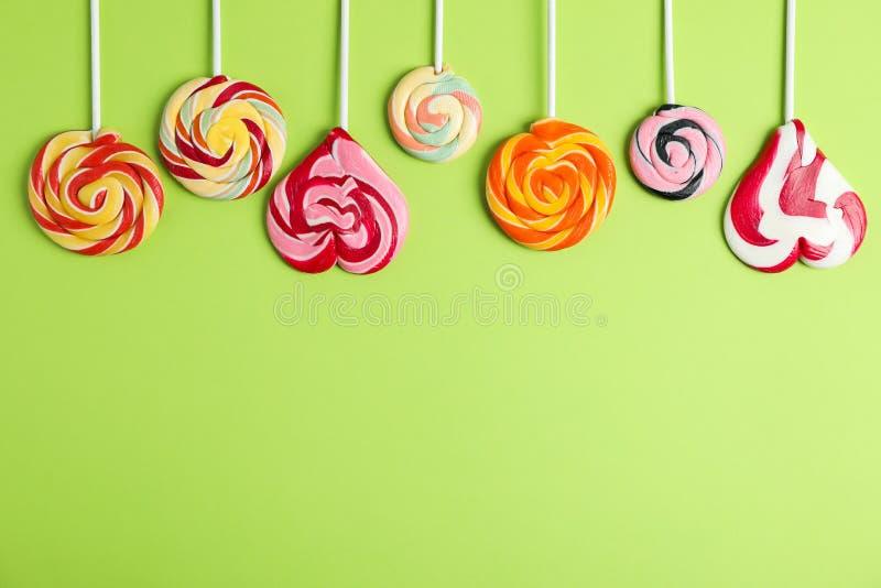 Flache gelegte Zusammensetzung mit verschiedenen Süßigkeiten und Raum für Text stockfotografie