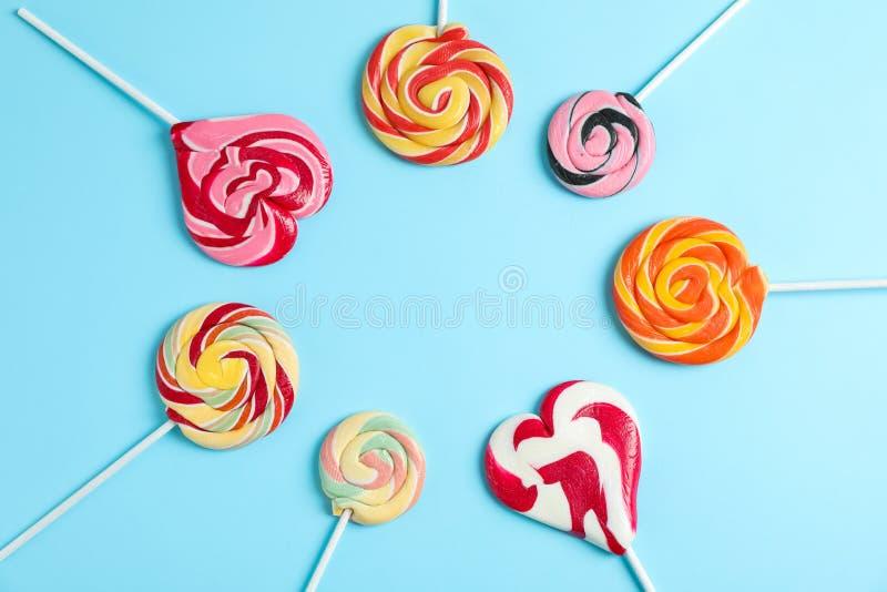Flache gelegte Zusammensetzung mit verschiedenen Süßigkeiten und Raum für Text stockfoto