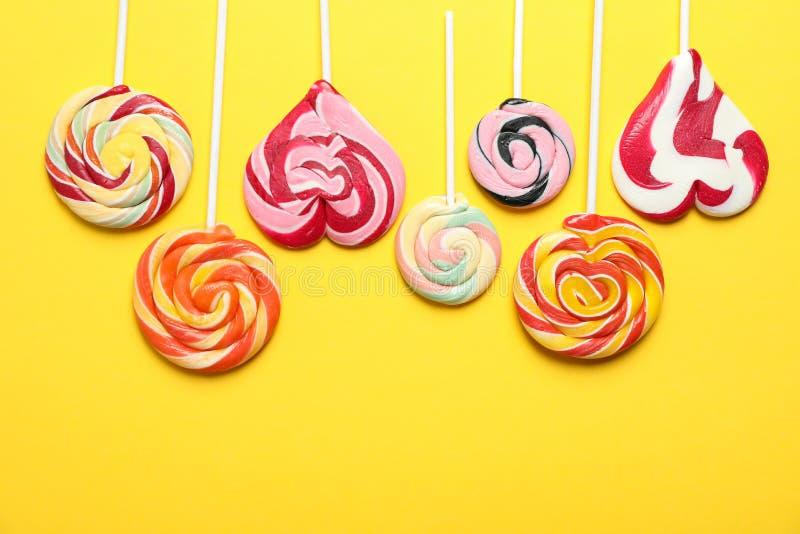 Flache gelegte Zusammensetzung mit verschiedenen Süßigkeiten und Raum für Text lizenzfreies stockbild