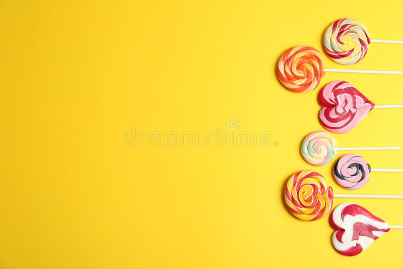 Flache gelegte Zusammensetzung mit verschiedenen Süßigkeiten und Raum für Text lizenzfreie stockfotos