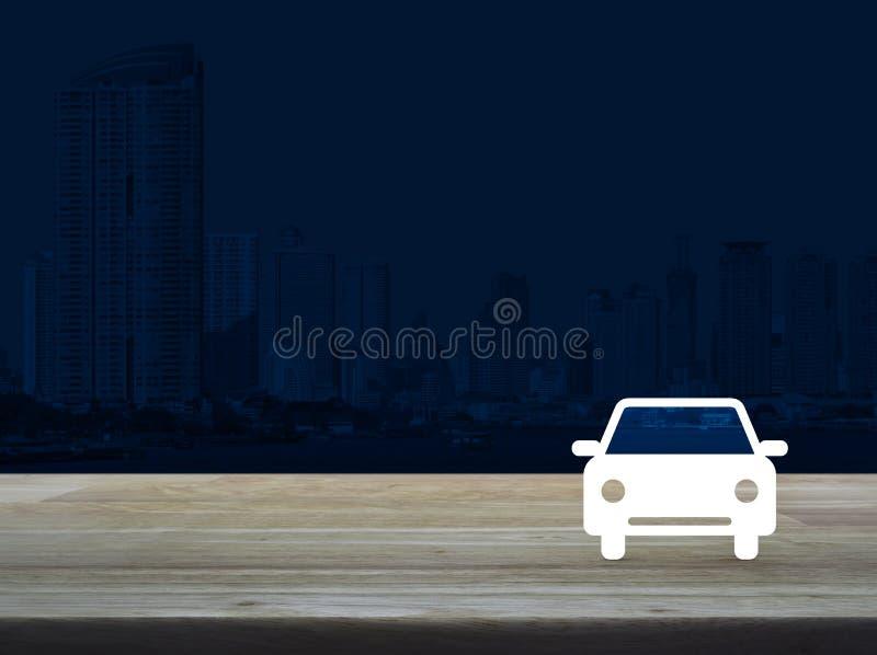Flache Ikone des Autos auf Holztisch über moderner Bürostadt ragen zurück hoch lizenzfreie stockfotografie