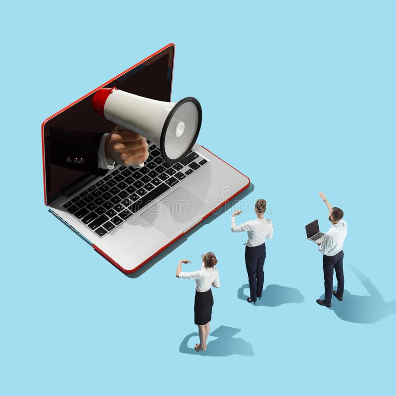 Flache isometrische Ansicht von Geschäftsmännern und Frau und Laptop mit der männlichen Hand mit Megaphon lizenzfreies stockbild