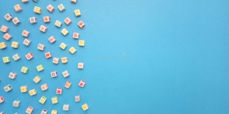 Flache Lage, blauer Hintergrund und Alphabet-Plastikw?rfel-Perlen-Element-Entwurf f?r Mitteilung, Zitat, Informationstextplatzier stockbild