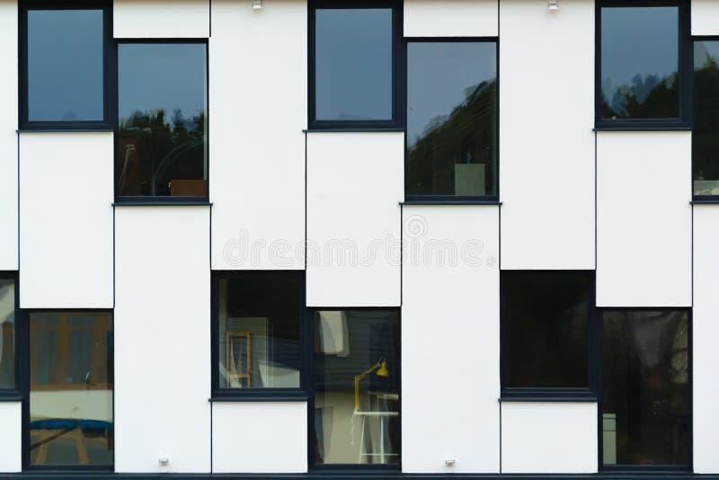 Flache Lage der modernen Bürogebäudeglasfenster lizenzfreie stockfotografie
