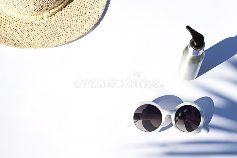 Flache Lage der sonnigen Kosmetik des Sommers weißen Lichtschutzkonzept Draufsichtsch?nheitszusammensetzung stockfoto