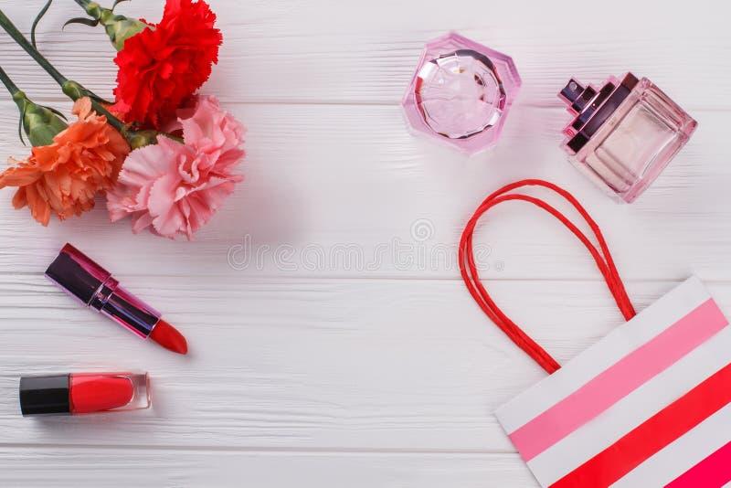 Flache Lage der weiblichen Make-upzusätze lizenzfreie stockfotos