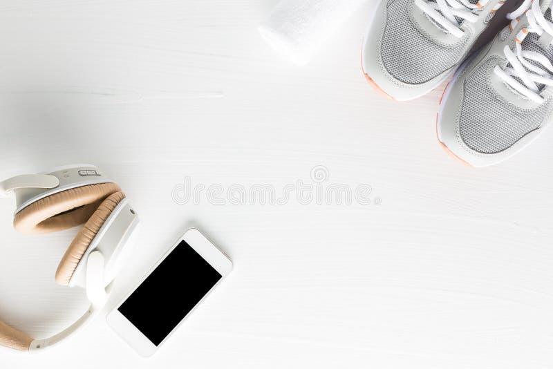 Flache Lage des Eignungszubehörs auf weißem hölzernem Hintergrund Runn stockfotos
