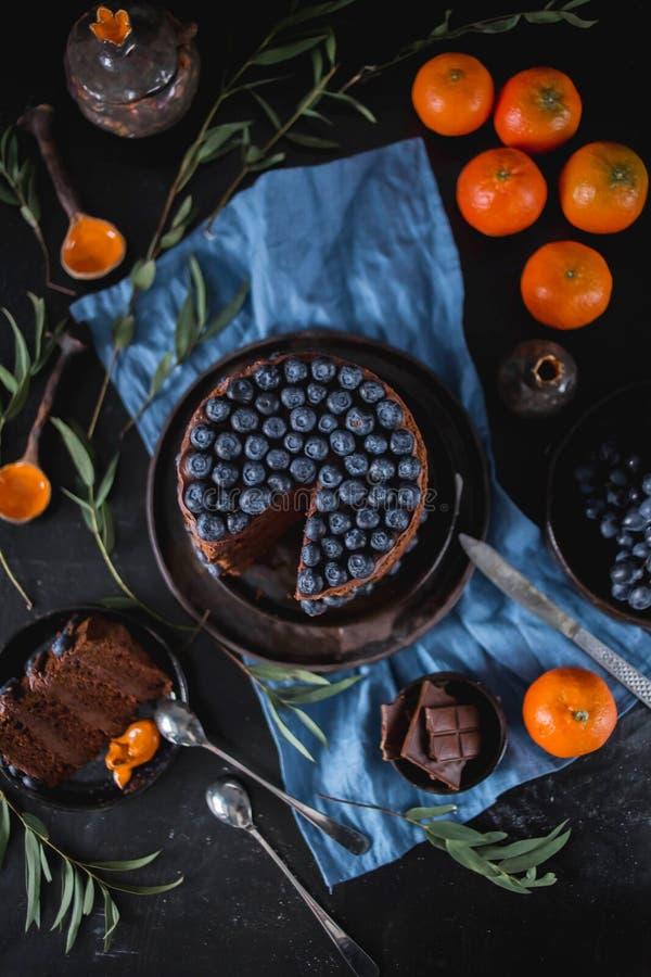 Flache Lage des köstlichen Kuchens der Schokolade mit Blaubeeren stockbilder