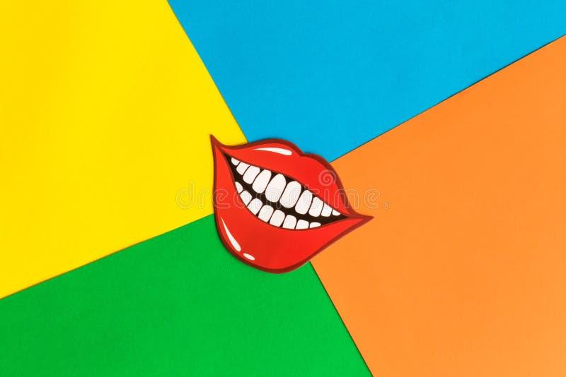 Flache Lage des lustigen Lächelns auf mehrfarbiger Hintergrundzusammenfassung stockfotos