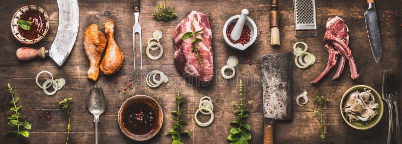 Flache Lage des verschiedenen Grills und des bbq-Fleisches: Hühnerbeine, Steaks, Lammrippen mit Weinleseküchengeschirr-Küchengerä stockfotografie