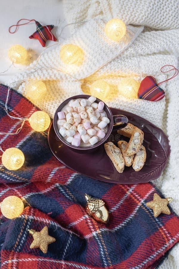 Flache Lage des Weihnachts-Getränks - heiße Schokolade mit Eibischen, Rot und Gold-deco Flitter, Girlande, gestricktes kariertes  lizenzfreie stockbilder