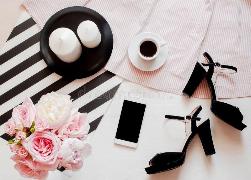 Flache Lage, Draufsicht Schönheitsblogkonzept Frauenmode-accessoires, -schuhe, -blumenstrauß von Rosen und von Pions, -kaffee und stockbilder