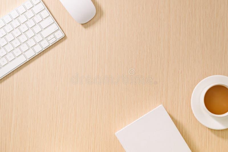 Flache Lage, Draufsichtb?rotischschreibtisch Arbeitsplatz mit leerem Anmerkungsbuch, Tastatur, B?roartikel und Kaffeetasse auf h? stockfotografie