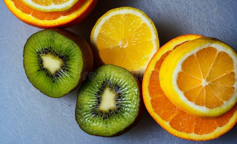 Flache Lage einer orange Zitrone und der Kiwi stockfotografie